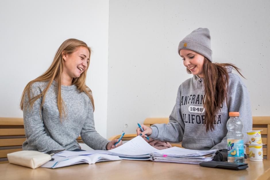 bilde-2-studenter-som-sitter-og-jobber